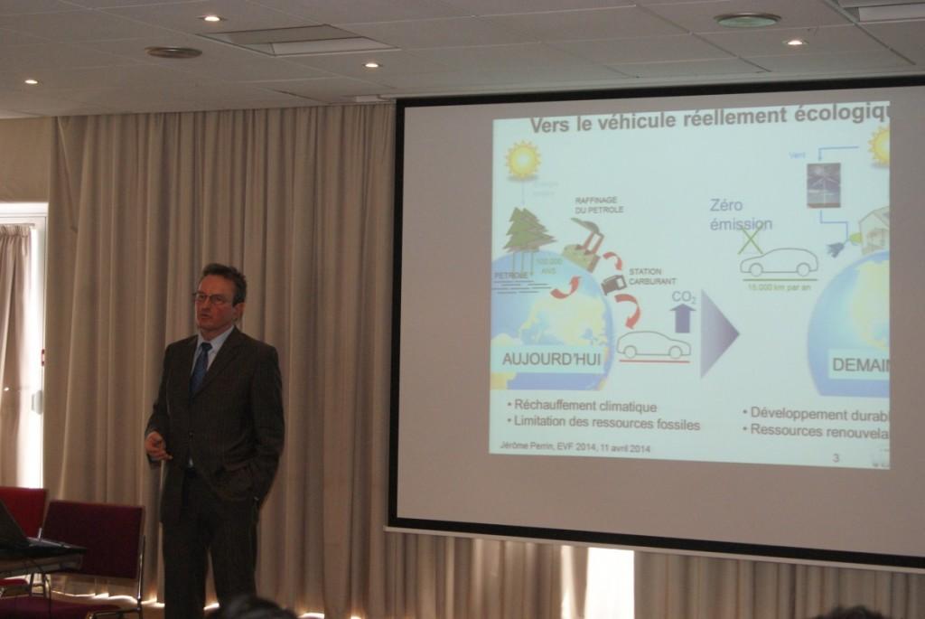 M. Jérôme Perrin, Dir. Scientifique chez Renault lors d'une conférence plénière sur le véhicule électrique à EVF'2014, Cergy-Pontoise, France
