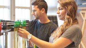 élèves-ingénieur-travaillant-en-laboratoire